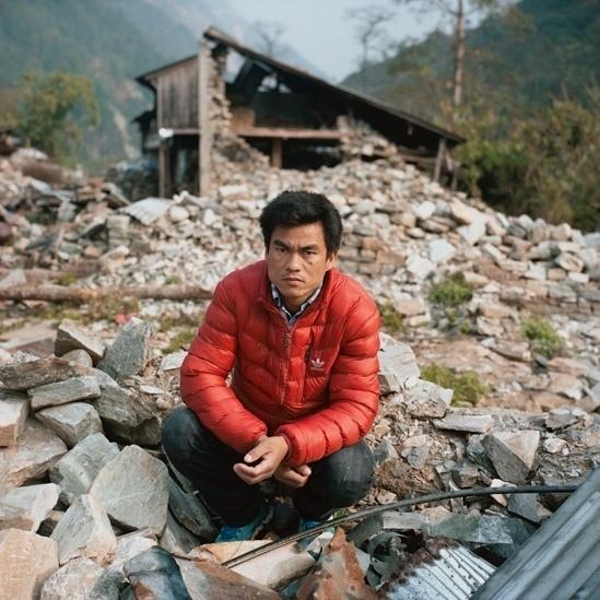 """25.abr.2016 - Chandra Ghale, empregado da construção civil de 32 anos de Baluwa, Gorkha, participou de uma pequena equipe de buscas formada logo após o terremoto. Ele ajudou a organizar a comunidade e distribuir donativos quando eles chegaram. """"Estava em casa com meus filhos quando houve um barulho de explosão e o chão começou a tremer. A casa não durou muito. Com uma ou duas sacudidas ela veio abaixo. Não conseguíamos enxergar direito por causa da poeira das casas destruídas."""""""