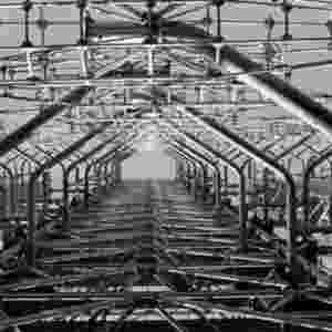 26.abr.2016 - Uma grande instalação militar foi construída na região, como parte dos esforços de proteção da usina. Seu símbolo é a antena de radar Duga-3. Mas a base foi fechada três anos após o acidente - Jerzy Wierzbicki/BBC