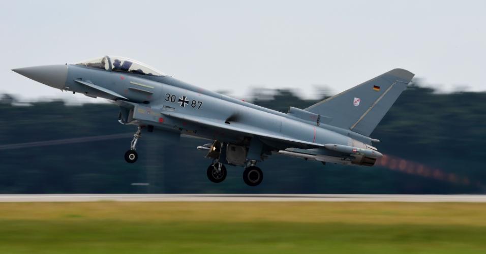 30.mai.2016 - Caça Eurofighter decola do aeroporto Schoenefeld, em Berlim, onde será realizado o International Aerospace Exhibition (ILA) Berlin Air Show. O evento na capital alemã reúne os principais fabricantes de aeronaves do mundo