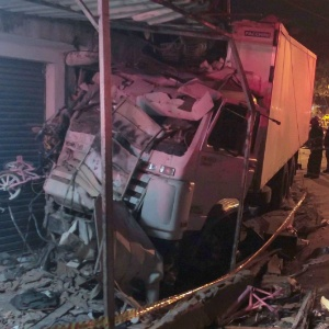 Caminhão ficou destruído após colidir contra um imóvel na zona norte de São Paulo
