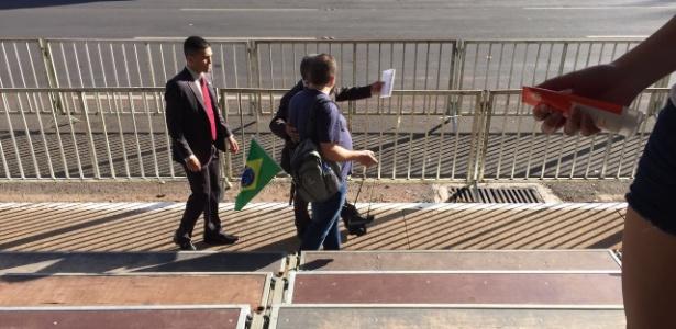 Seguranças confiscam bandeira em desfile com Temer - Gabriela Almeida/Divulgação