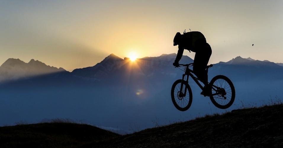30.set.2016 - Homem salta com sua mountain bike em trilha na montanha Eggerberg durante o nascer  do sol, na aldeia de Noesslach, na Áustria