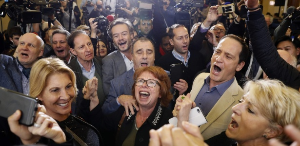 Apoiadores de François Fillon comemoram sua vitória nas primárias da direita em Paris, na França
