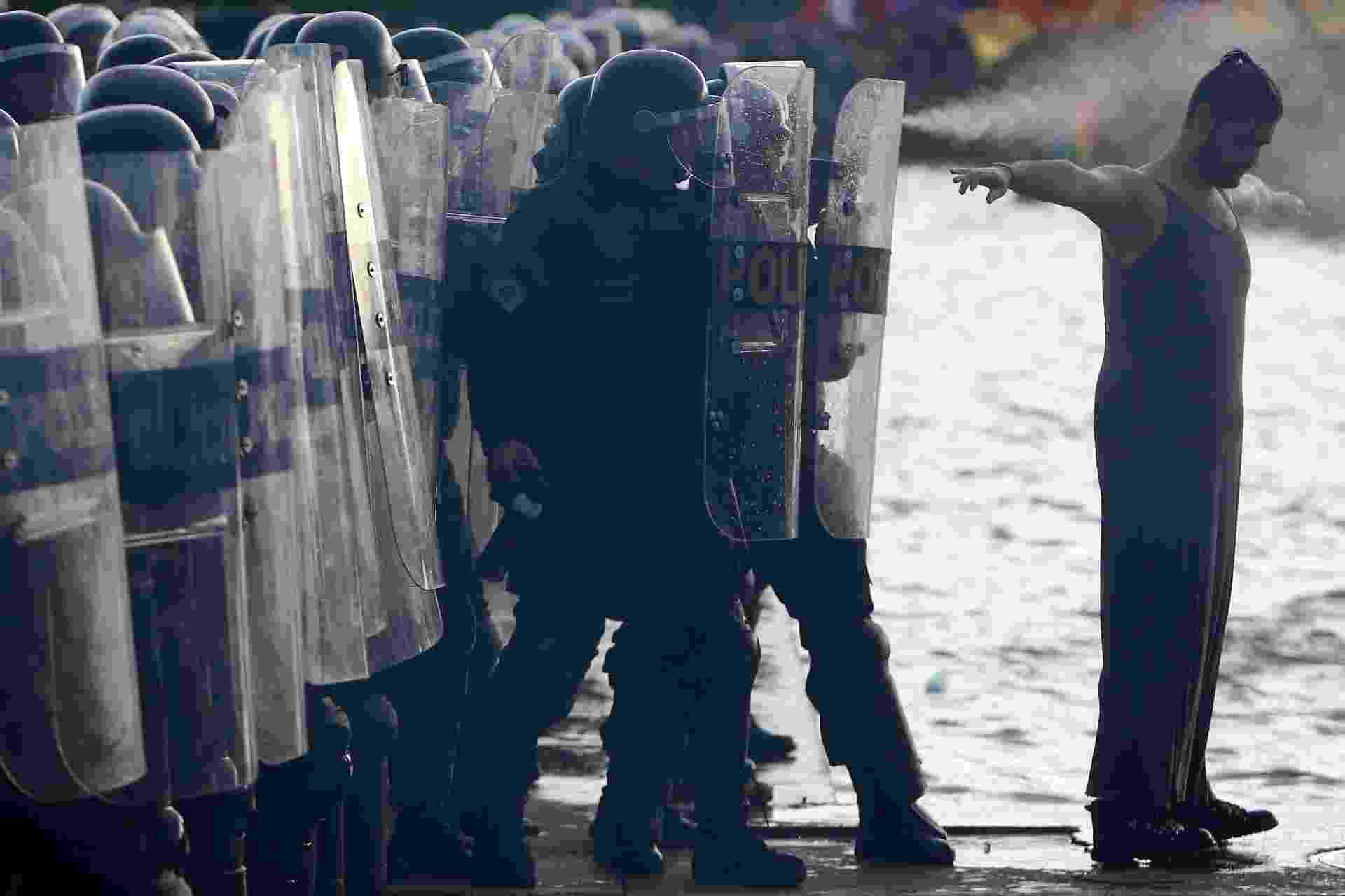 29.nov.2016 - Cerca de 10 mil pessoas participaram de uma manifestação contra a aprovação da PEC (Proposta de Emenda à Constituição) do Teto de Gastos que terminou em confusão e detenções. A polícia chegou a lançar bombas de efeito moral em direção aos manifestantes - Adriano Machado/Reuters
