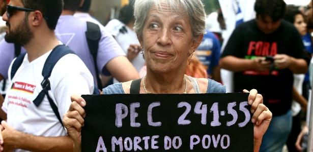 Manifestantes protestam no Rio contra medidas de Temer e Pezão - Fábio Motta/Estadão Conteúdo