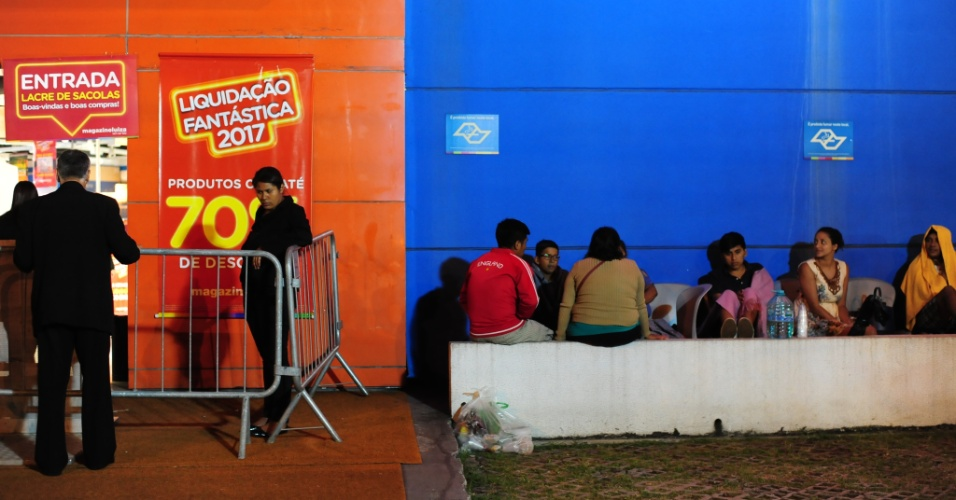 6.jan.2017 - Promoção anual de rede de lojas atrai pessoas em busca de descontos em produtos como eletrodomésticos e eletrônicos nesta sexta-feira (6). Na loja da Marginal Tietê, em São Paulo, dezenas passaram a madrugada na fila aguardando a abertura das portas, às 6h