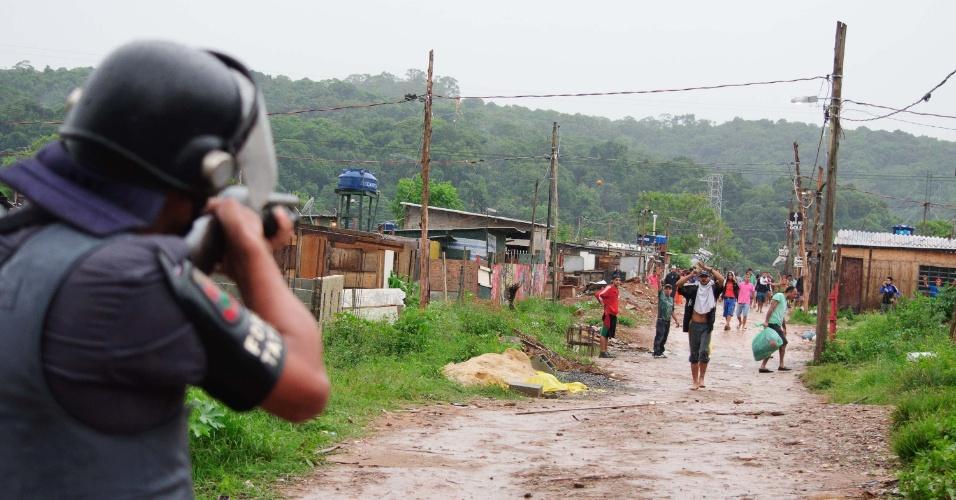 17.jan.2017 - PM cumpre reintegração de posse de terreno em São Mateus, na zona leste da capital paulista