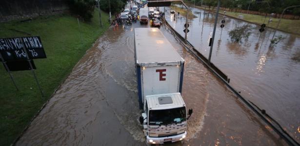 Marginal Tietê registrou pontos de alagamento após a chuva