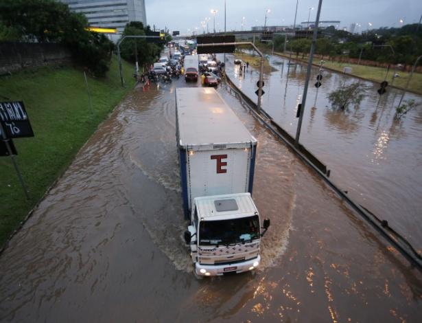 Marginal Tietê, na altura da ponte das Bandeiras, ficou alagada