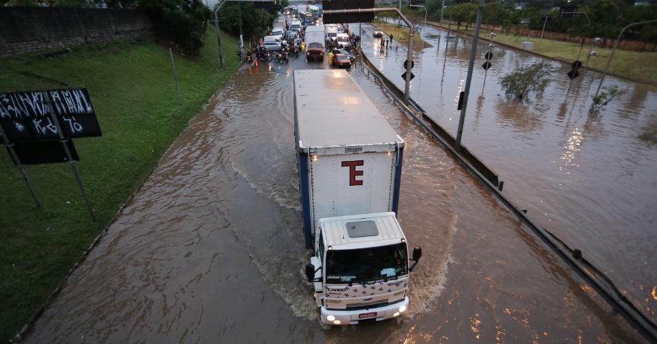 7.abr.2017 - Marginal Tietê, na altura da ponte das Bandeiras, sentido rodovia Castelo Branco, em São Paulo (SP), fica alagada na manhã desta sexta-feira após a forte chuva da madrugada