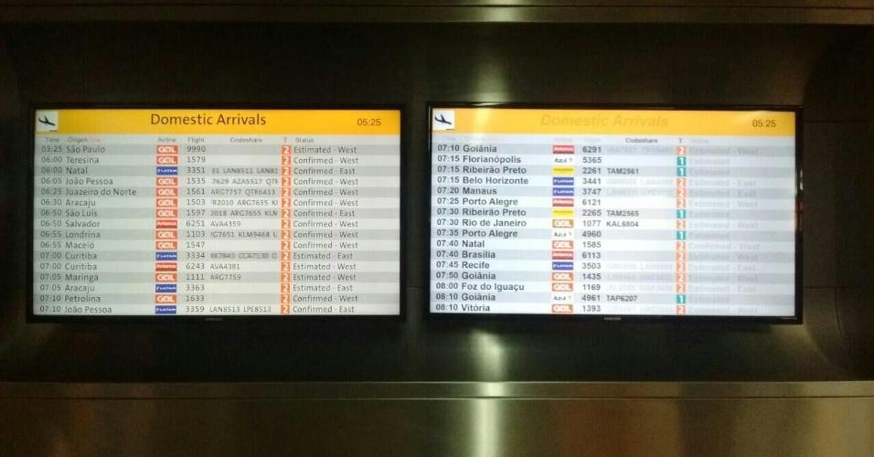 28.abr.2017 - Painel de chegadas do Aeroporto Internacional de Guarulhos em dia de greve geral