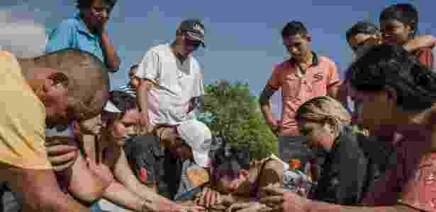 26.mai.2017 - Familiares e amigos choram durante enterro de uma das vítimas do massacre que deixou 10 mortos na fazenda Santa Lúcia, em Pau d