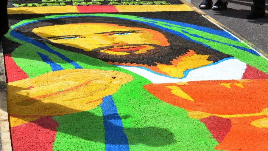 Detalhe do tapete de Corpus Christi em Curitiba (PR); saiba se a data é feriado - Gel Lima/Código19/Estadão Conteúdo