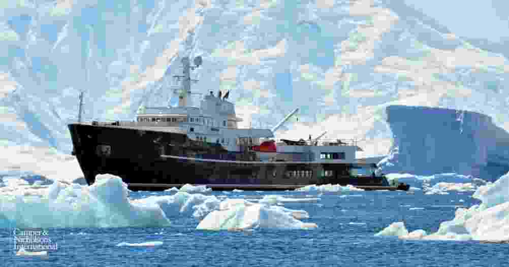 O iate Legend foi feito a partir de um quebra-gelo soviético de 1973 -tipo de embarcação especialmente desenvolvida para navegar em águas com superfície congelada. Com 77,4 metros de comprimento, ele pode acomodar 26 hóspedes em 13 cabines e tem bar, spa, cinema, piscina e academia. Clique na imagem acima para ver mais detalhes da embarcação - Reprodução/Camper & Nicholsons International
