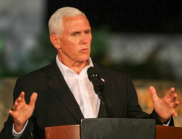 Mike Pence discursa em conferência de imprensa em Cartagena neste domingo (13)