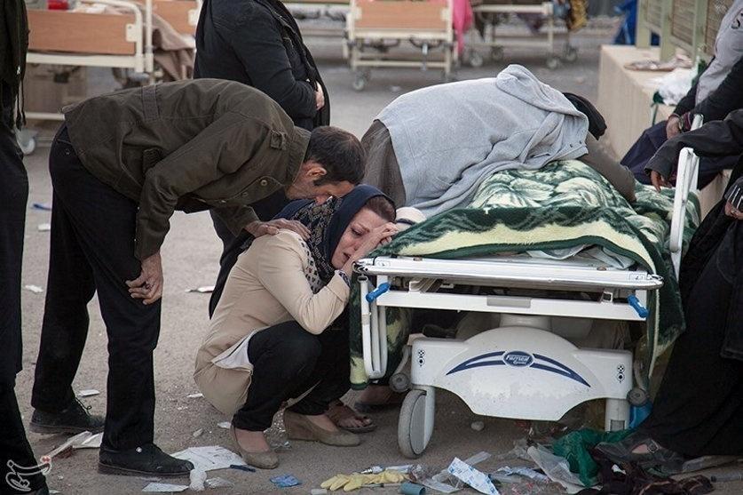 13.nov.2017 - Em Sarpol-e Zahab, na província Kermanshah, mulher chora sobre corpo de vítima de terremoto deixou centenas de mortos na fronteira do Irã e do Iraque