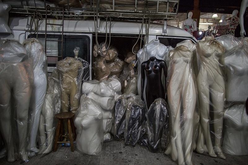 28.nov.2017 - Assim como as milhares de bancas que ofertam roupas, cresce também o comércio que dá suporte aos feirantes. Os manequins são item essencial e estão por todos os lugares