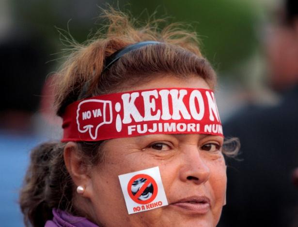 Mulher participa de marcha contra a corrupção no país e Keiko Fujimori, que lidera o partido fujimorista Força Popular, acusado de perpetrar um golpe de Estado - Guadalupe Pardo/Reuters