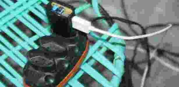 Mulher recebeu choque enquanto usava o celular, que carregava através de extensão - Jabson Nunes/Blog do Ney Lima