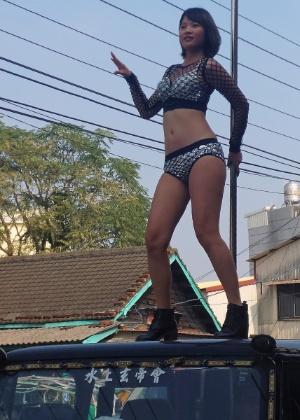 Em alguns funerais, strippers ou dançarinas de pole dance sobem em tetos de jipes para fazer suas apresentações