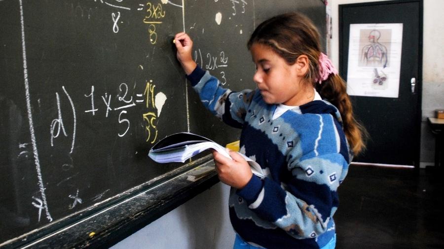 Menina escrevendo lousa escola aluna - João Bittar/MEC