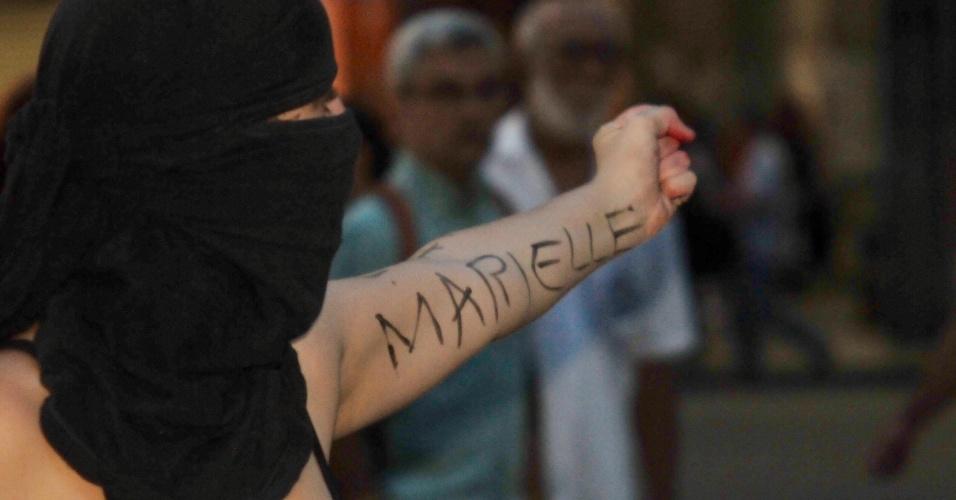 20.mar.2018 - Com o nome de Marielle Franco escrito no braço, jovem participa de ato na região central do Rio de Janeiro que marca o sétimo dia de morte da vereadora do PSOL/RJ e do seu motorista Anderson Gomes