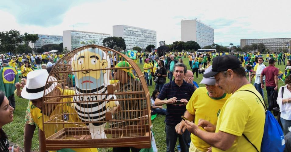 4.abr.2018 - Manifestantes contra-Lula levam bonecos infláveis do presidente preso em gaiolas no protesto em Brasília