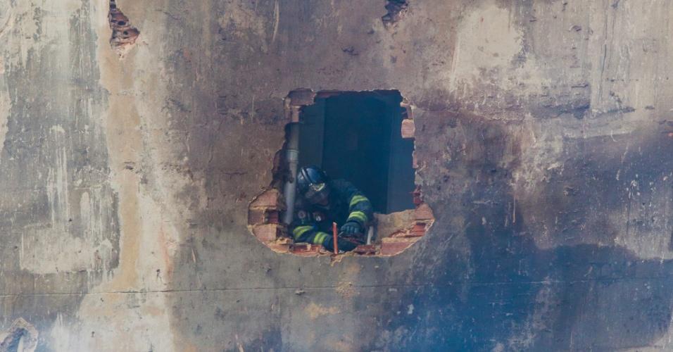 3.mai.2018 - Bombeiro faz buraco no prédio vizinho aos escombros do edifício Wilton Paes Leme que desabou no feriado de 1º de Maio para avaliar risco de queda e procurar por possíveis vítimas