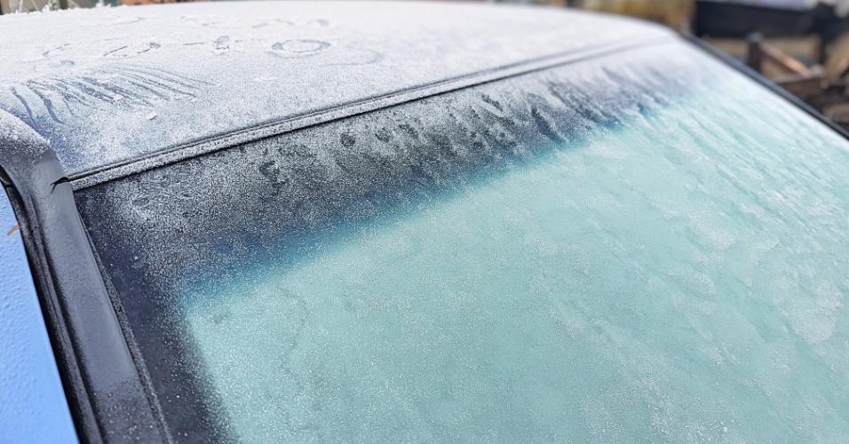 7.jun.2018 - Carros amanheceram cobertos de gelo na cidade de São Joaquim (SC)