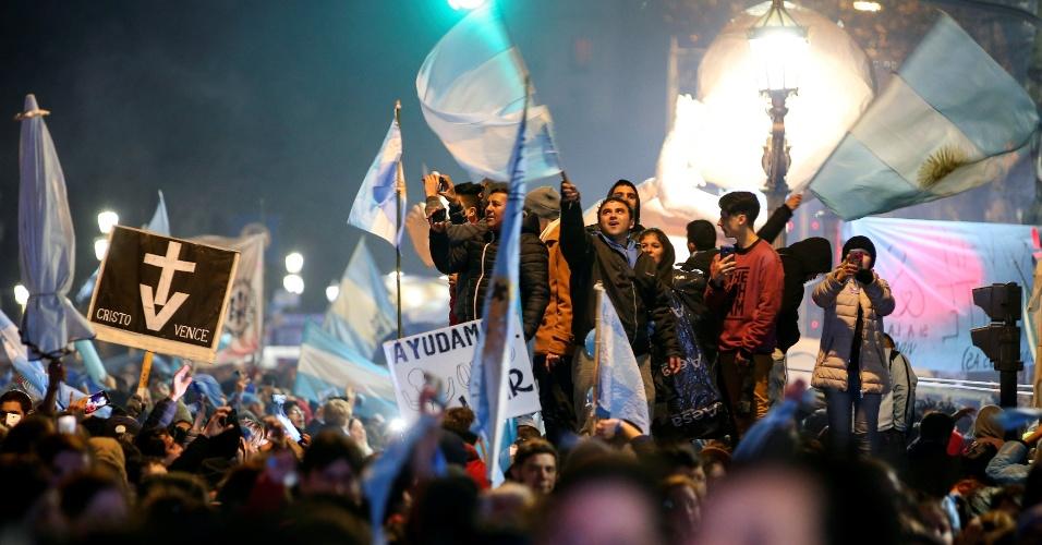 09.ago.2018 - Ativistas contrários à legalização do aborto comemoram decisão do Senado argentino sobre a lei que descriminalizaria o aborto até 14 semanas de gravidez