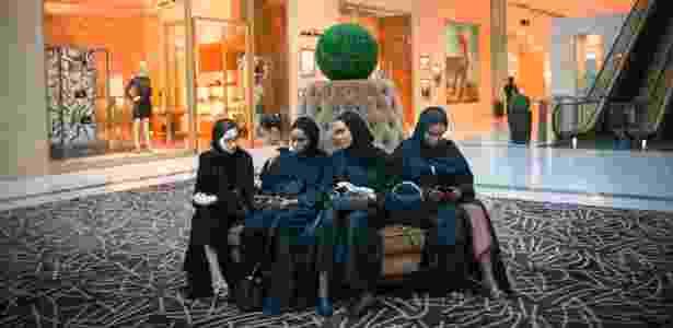 Grupo de mulheres em um shopping de Dubai, nos Emirados Árabes Unidos - Tasneem Alsultan/The New York Times