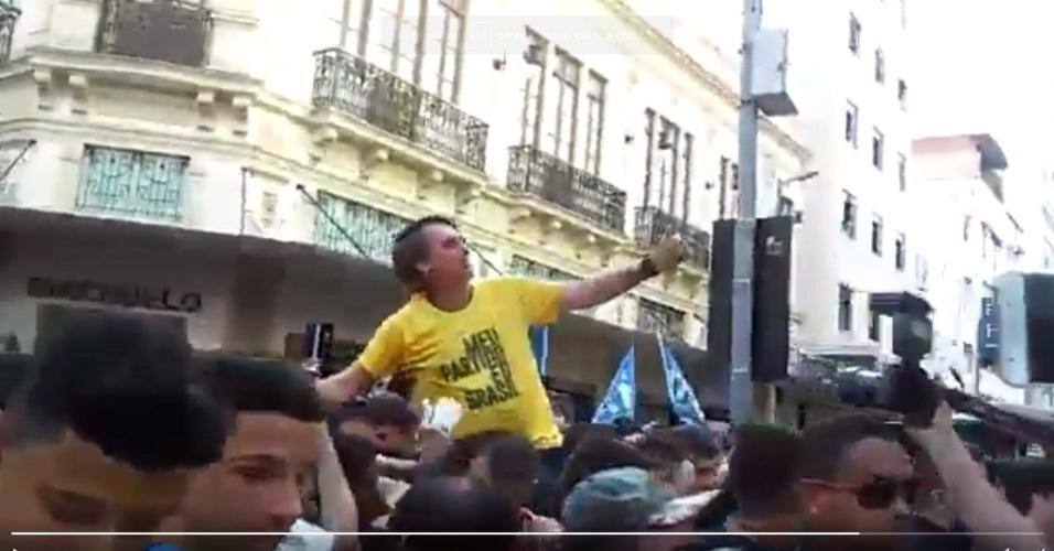 6.ago.2018 - Incidente em Juiz de Fora (MG) durante caminhada do candidato Jair Bolsonaro