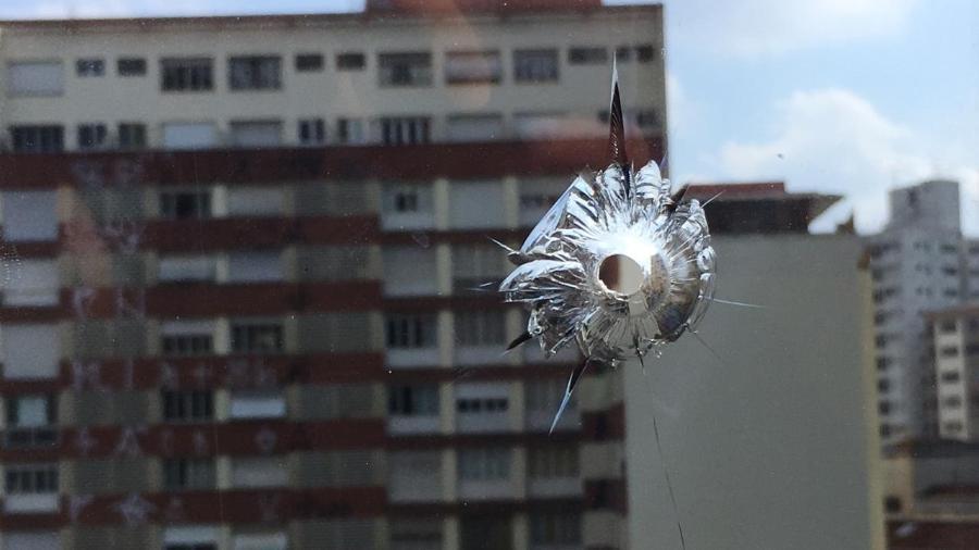 26.dez.2018 - Janela do 5º andar da Câmara Municipal de São Paulo com perfuração; suspeita é de tiro - Guilherme Mazieiro/UOL