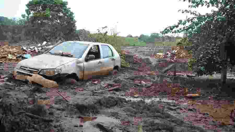 Carro fica preso na lama que vazou em Brumadinho (MG) após rompimento de barragem da Vale - Diogo Antunes/Estadão Conteúdo