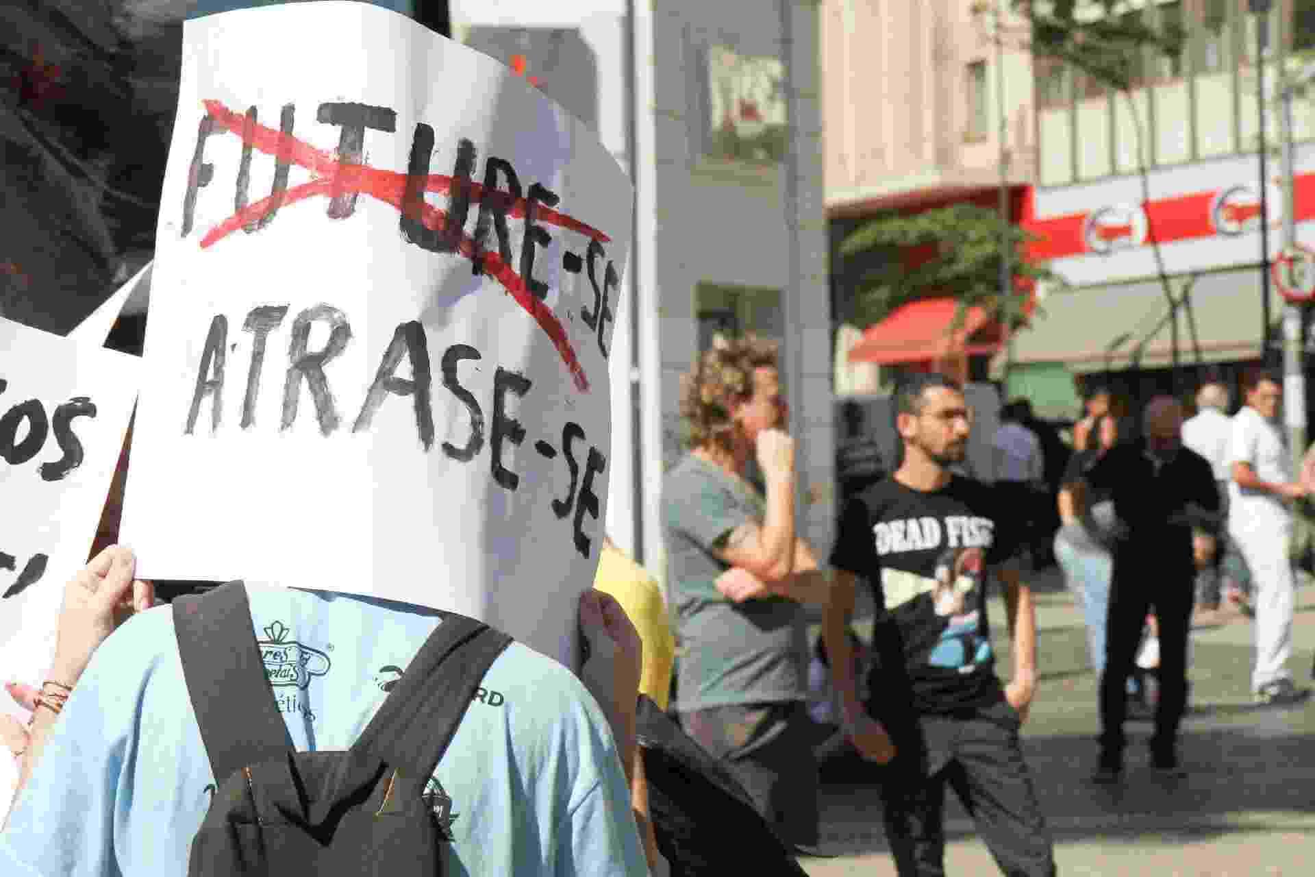 Manifestantes se mobilizam nas ruas contra os contingenciamentos na educação - Luciano Claudino/Código19/Estadão Conteúdo