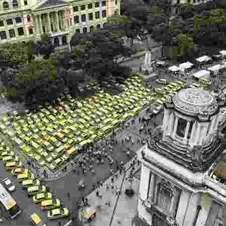 Taxistas estacionaram os veículos em frente à Câmara dos Vereadores do Rio - Reprodução