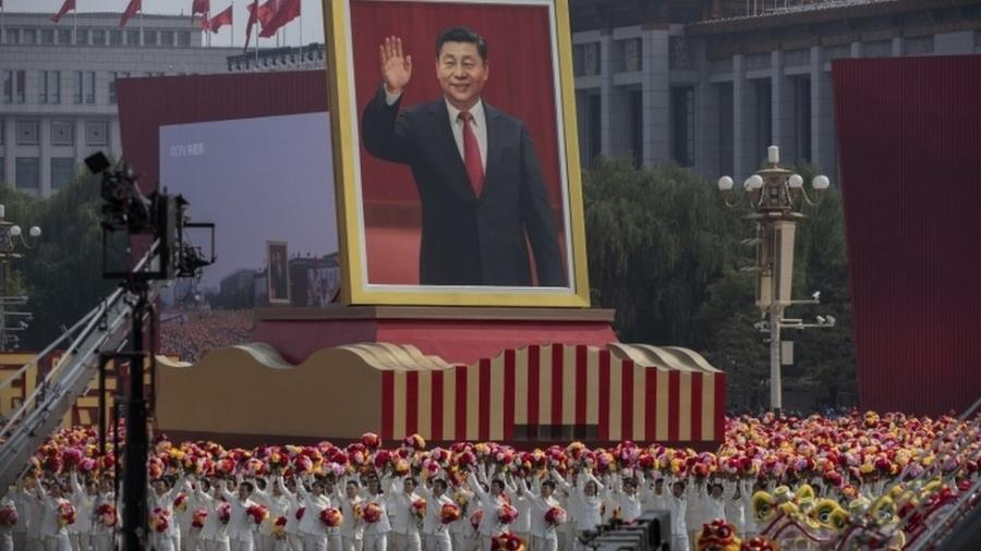 Retrato de Xi Jinping durante comemoração, em 1º de outubro, dos 70 anos da República Popular da China; Brasil busca no país interessados em comprar estatais - Getty Images