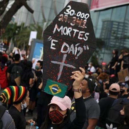 Protesto contra o governo destaca frase de Bolsonaro sobre mortes por covid-19 - Reuters