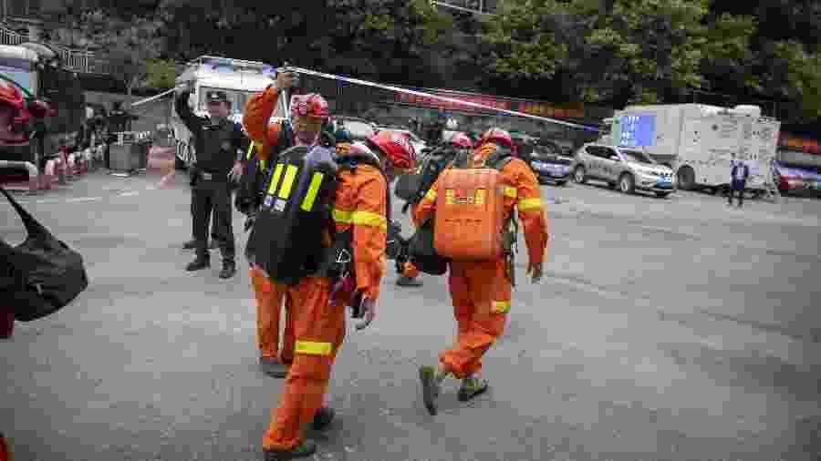 Equipe de resgate chega ao local para resgatar vítimas de intoxicação em mina de carvão na cidade chinesa de Chongqing - Huang Wei/Xinhua