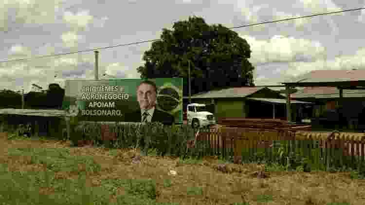 Outdoor com foto de Jair Bolsonaro dentro de serraria em Ariquemes (RO) - BBC - BBC