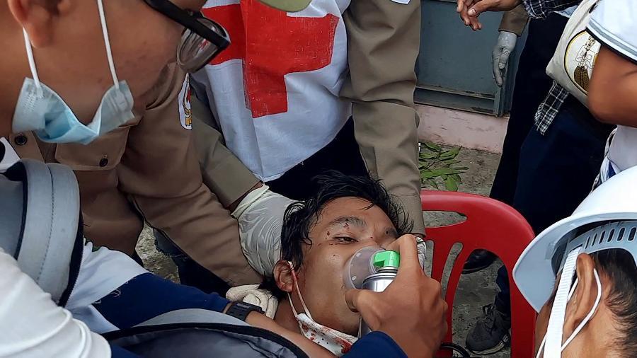 Manifestante ferido é atendido por equipes de socorro após confronto com forças de segurança em Dawei (Mianmar) - Dakkhina Insight/AFP