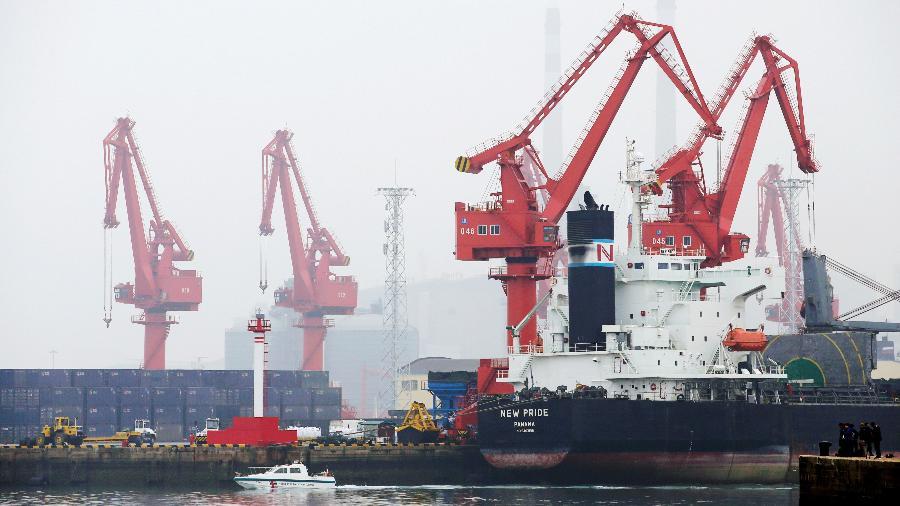 21.abr.2019 - Navio com óleo cru ancorado no porto de Qingdao, na China - Jason Lee/Reuters
