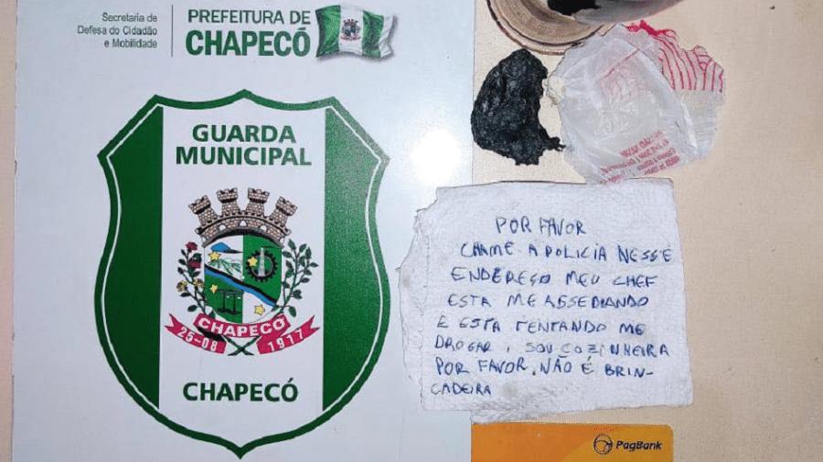 Bilhete com o pedido de socorro da jovem e buchas de cocaína encontradas na lanchonete - Reprodução/Facebook/GCM de Chapecó