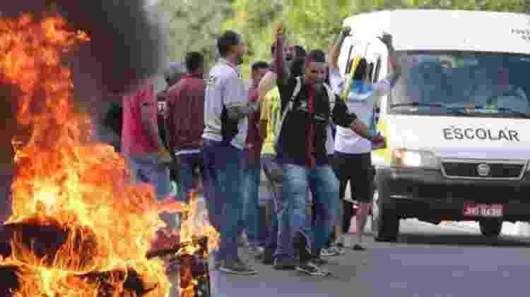 Contra o preço do combustível, manifestantes atearam fogo em pneus para fechar via em Brasília, em 2018 - FABIO POZZEBOM / AGÊNCIA BRASIL - FABIO POZZEBOM / AGÊNCIA BRASIL