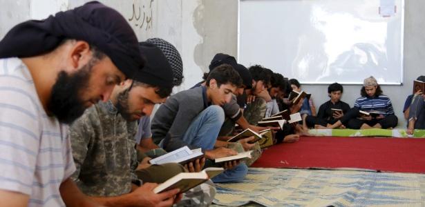 Jovens muçulmanos têm aula sobre o Alcorão em Idlib, na Síria