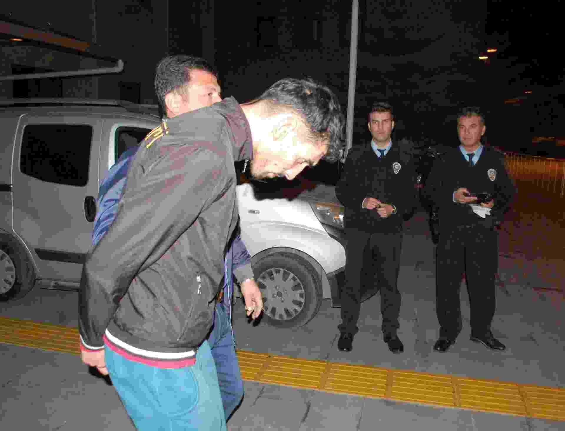 21.nov.2015 - A polícia turca deteve um belga de origem marroquina identificado como Ahmed Dahmani (de jaqueta preta) e outros dois homens de origem síria em Antália (Túrquia). Os jovens são suspeitos de envolvimento na preparação dos atentados de 13 de novembro em Paris, na França, que deixaram 130 mortos - Ihlas News Agency/AFP
