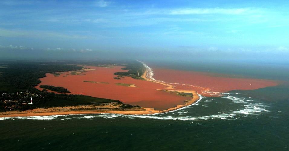 22.nov.2015 - Vista aérea mostra o ponto onde o rio Doce deságua no mar do Espírito Santo. É possível ver a extensão inicial da enxurrada de lama que chegou ao oceano após o rompimento de barragem da mineradora Samarco, em Mariana (MG), no dia 5 de novembro