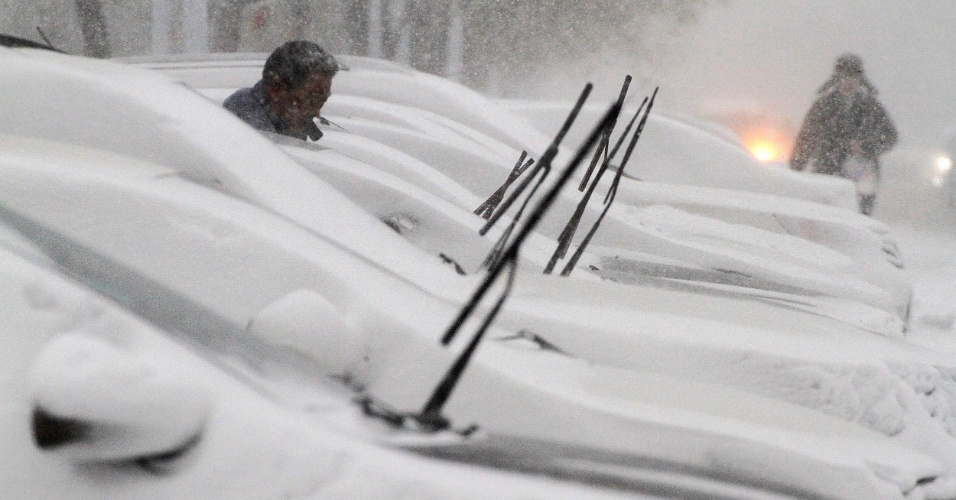 26.nov.2015 - Carros estacionados ficam cobertos de neve na cidade costeira de Yantai, no leste da China, após uma nevasca atingir a cidade durante a madrugada