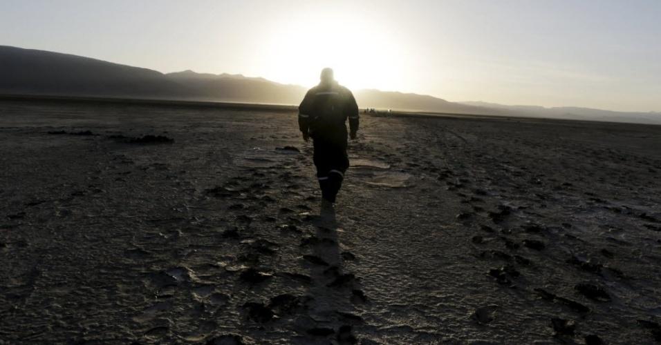 18.dez.2015 - Um homem caminha no local onde costumava ser o lago Poopó, em Oruro, na Bolívia. De acordo com os pesquisadores bolivianos, as mudanças climáticas tem grande influência na falta de água, uma vez que atualmente a temporada de chuvas está acelerada e as secas prolongadas. Além disso, o lago sofreu poluição de indústrias de mineração nas proximidades