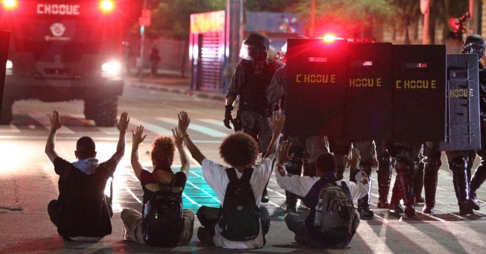 21.jan.2016 - Policiais militares avançam para dispersar manifestantes na avenida Ipiranga, em frente à praça da República, no centro de São Paulo, durante o 5º ato do Movimento Passe Livre (MPL) contra o aumento do valor da tarifa do transporte público na cidade